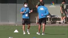 Charla de Rubi y grupos más numerosos en el entrenamiento del Betis