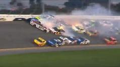 Locura en las 500 millas de Daytona: Fuego y 'destrucción' total en un accidente entre 20 coches