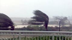 El huracán Isaías golpea las Bahamas con fuerza causando inundaciones y cortes eléctricos