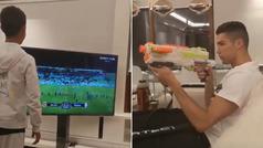 El 'francotirador' Cristiano Ronaldo y su reto más difícil: ¡apagar la TV con una pistola de juguete!