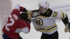 Violencia extrema en la NHL: Le pega quince puñetazos en la cabeza a su rival... ¡sin casco!