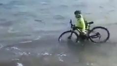 Un ciclista incumple con el confinamiento y se mete en el mar para evitar ser multado