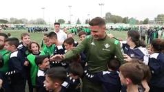 Joaquín se da un baño de masas con los niños del Betis el día después de su primer 'hat-trick'