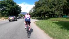El ciclista Sergio Higuita comparte un vídeo del negligente adelantamiento de una moto