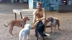 Se unta de mantequilla para que le laman unos perros tras quedar último en su Liga Fantástic