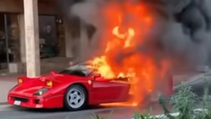 Un Ferrari F40 se quema en la calle ante un sorprendido Max Biaggi