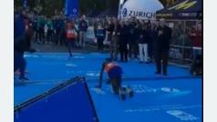 Cae de rodillas a unos metros de meta y pierde el podio tras ser adelantado