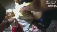 Un policía de NY salva la vida de un hombre taponando su herida con una bolsa de patatas fritas