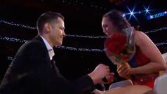 Emotiva petición de matrimonio a una porrista de los Pistons en pleno juego