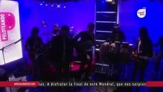 Ritmo Peligroso canta en el estudio