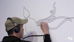 El artista Yoshi Sislay hace una ilustración única en el stand del Banco Sabadell