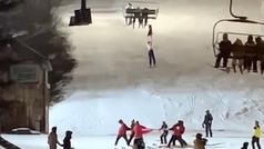Una esquiadora de 14 años se queda colgada de un telesilla: improvisan una lona para rescatarla