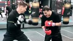 Espectacular: Fernando Torres boxeando con el mítico boxeador 'Maravilla' Martínez
