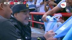 Maradona reparte autógrafos en pleno partido de Dorados
