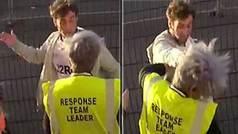 Un hooligan borracho le pega una brutal bofetada a una mujer que hacía su trabajo