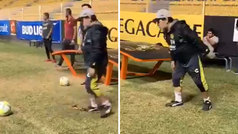 La calidad de Maradona con 58 años: ¿la meterá desde el córner?