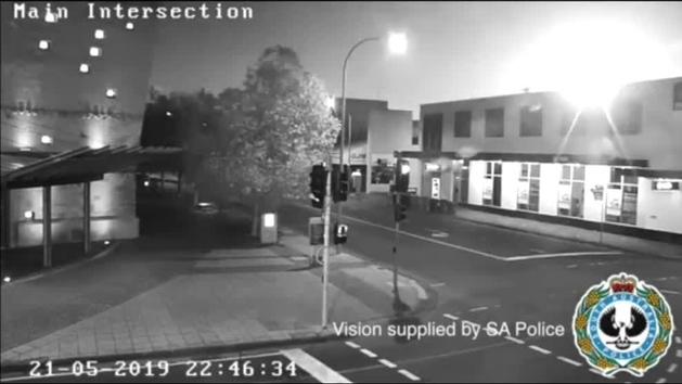 La caída de un meteorito ilumina la noche en la localidad australiana de Adelaida