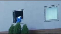 El increíble recibimiento a Balotelli en Brescia: ¡Se asoma por la ventana del hotel para saludar a los tifosi!