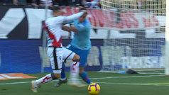 El Rayo reclamó penalti por este empujón de Giménez a Raúl de Tomás