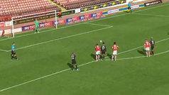 El penalti más largo del mundo: va andando a lanzarlo y sucede esto