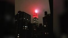El Empire State luce como una sirena de ambulancia en homenaje a los sanitarios
