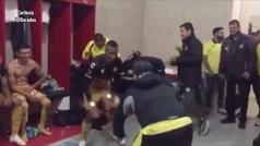 Maradona se olvida del dolor en las rodillas y baila tras vencer a Mineros