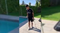 Marco Asensio reaparece caminando con muletas tras su operación de rodilla