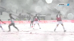 Un partido en Belgrado que tuvo de todo: mucha nieve, una paloma rebelde en el larguero, ataque con bolas de nieve al linier?