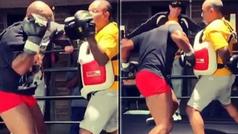 La fuerza de golpeo de Tyson con 54 años es increíble: así atiza 'Iron Mike'