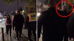 Mourinho llega andando a Old Trafford para evitar el tráfico