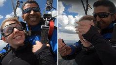 La petición de matrimonio más adrenalínica: en paracaídas... ¡y con el anillo en los dientes!