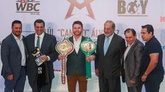 Saúl 'Canelo' Álvarez recibe el cinturón como campeón de peso medio del CMB
