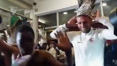 El Sevilla llega a Tanzania al ritmo de tambores... ¡y con bailecito genial de Sergi Gómez!