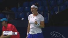 Una tenista gana el partido... pero está tan concentrada que no se da cuenta