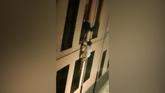 Graban a varios jóvenes en Granada trepando una fachada para saltarse el toque de queda