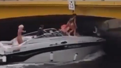 Una chica casi se decapita al pasar con un barco por debajo de un puente