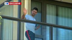 Dos jóvenes entretienen a Djokovic con una exhibición de tenis bajo el balcón de su hotel en Adelaid