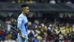 Marchesín consuela a Alfredo Saldívar tras la goleada sufrida en el Estadio Azteca