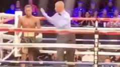 Un boxeador se escapa del ring enfadado tras recibir un puñetazo fuerte