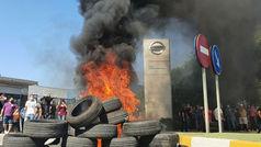 Trabajadores Nissan queman neumáticos ante planta de Zona Franca