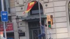 Un independentista intenta quitar sin éxito una bandera de España