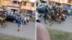 Un caballo de la Policía tira y pasa por encima de un hincha de Gremio
