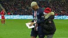 Lo nunca visto: Mbappé firma un autógrafo... ¡en mitad de partido!