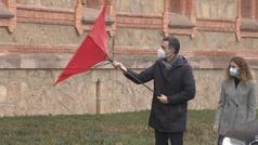 Pedro Sánchez sufre un incidente con un paraguas por el temporal Dora en su visita a Cantabria