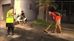 Decenas de voluntarios trabajan en la retirada de la ceniza volcánica de las calles y casas de La Pa