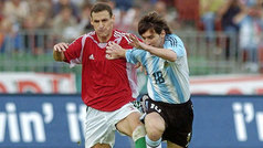La primera roja de Messi con Argentina fue por dar un codazo a los pocos segundos de debutar en 2005.