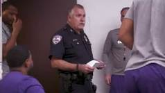Un Policía entra en el vestuario reclamando a un jugador