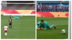 No tardó en llegar la primera pifia de un portero, ¡autogol incomprensible del meta del Hertha!