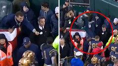 Un VIP cae desde su palco al saludar a un jugador en el Clásico del fútbol americano