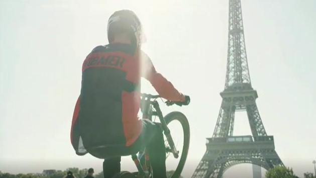 Ciclismo extremo: Vuela con su bicicleta por las calles de París
